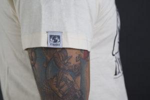 Camiseta El Hombre de lado color crema